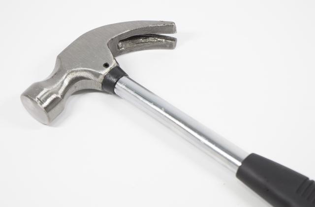 電工さんの工具箱 第26回「電工ハンマー」ハンマー+レンチの便利工具。の画像